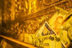 Banknote im goldenen Raum lizenzfreie stockfotos