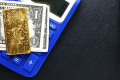 Banknote und Goldbarren Lizenzfreie Stockbilder