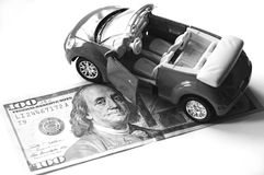 Banknote und rotes Auto Stockfoto