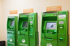 Banknote und Sberbank ATM im Büro Stockfoto