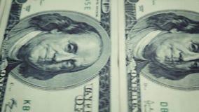 Banknote 100 US-Dollar Fördererbewegung vom links zur rechten Seite mit einem Halt stock video
