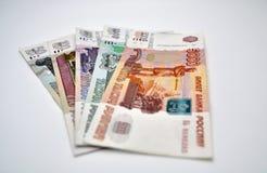 5000 1000 500 100 50 Banknoten Bank von Russland auf russischen Rubeln des weißen Hintergrundes Stockbilder