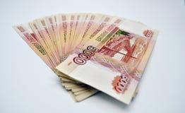5000 Banknoten Bank von Russland auf weißen Banknoten des Dorns 100 der russischen Rubel des Hintergrundes von fünf tausend Rubel Lizenzfreies Stockfoto