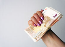 Banknoten in der weiblichen Hand Stockbilder
