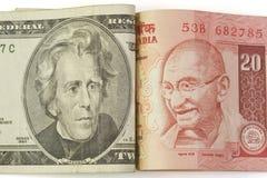 Banknoten des amerikanischen Dollars und der indischen Rupie Lizenzfreies Stockfoto