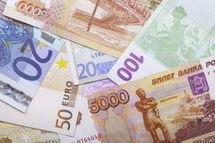 Banknoten des Euros und der Rubel Draufsicht der Nahaufnahme Lizenzfreies Stockfoto