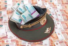 Banknoten des russischen Rubels in der Kappe des Offiziers Lizenzfreie Stockfotos