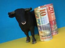 Banknoten des Schweizer Franken und des Euros mit Stier Stockbilder