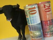 Banknoten des Schweizer Franken und des Euros mit Stier Stockfoto