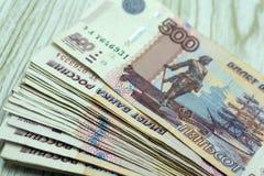 Banknoten eines fünfhundert Euros in der Hand lizenzfreie stockfotografie