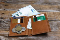 Banknoten, Euromünzen und Kreditkarten Stockfoto
