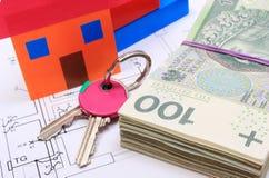Banknoten, Haus des farbigen Papiers, Schlüssel auf Zeichnung des Hauses Stockbild