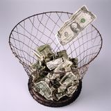 Banknoten im Papierkorb Stockfotos