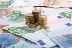 Banknoten mit Münzen auf dem Tisch Lizenzfreie Stockbilder