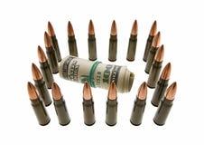 Banknoten rollen und Gewehrkugeln - gesichertes Bargeldkonzept Stockfotos