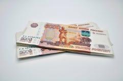 Banknoten 5000 Rubel von Bank von Russland auf russischen Rubeln des weißen Hintergrundes Stockfotografie