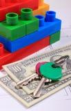 Banknoten, Schlüssel und Bausteine auf Zeichnung des Hauses Stockfoto