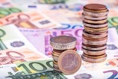 Banknoten und Euromünzen Stockfoto