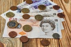 Banknoten und Münzen vom Vereinigten Königreich Stockbild