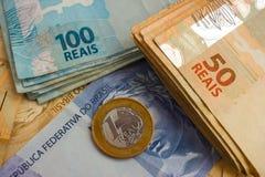 Banknoten und Münzen von Brasilien Stockbild