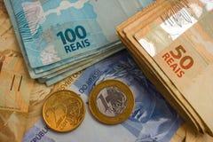 Banknoten und Münzen von Brasilien Lizenzfreies Stockbild