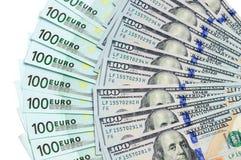 Banknoten von 100 Dollar USA und Euro 100 werden herum lokalisiert Stockfotografie