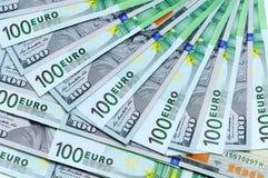 Banknoten von 100 US-Dollars und von Euro 100 Stockfotografie