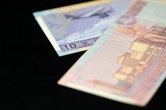 Banknoten von zehn und zwanzig litauischen litas auf einem dunklen Hintergrund Stockbilder