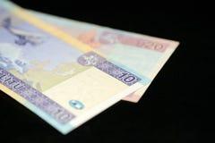Banknoten von zehn und zwanzig litauischen litas auf einem dunklen Hintergrund Stockfotos