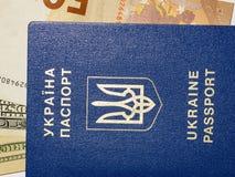 Banknotendollar und -Euros in einem blauen Pass auf einem weißen Hintergrund 2018 Stockfoto