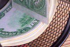 Banknotenrollen-Bargeld-Eurobanknoten im Abfall-Korb Lizenzfreie Stockfotos