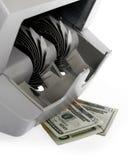 Banknotezählwerk und Dollar Banknoten Stockfotos