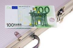 banknotu aluminiowy euro sto jeden walizki Zdjęcia Royalty Free