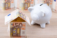 Banknotu dom z prosiątko bankiem Obraz Stock