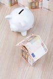 Banknotu dom z prosiątko bankiem Obrazy Royalty Free