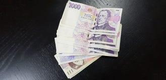 Banknoty 1000 Czeskich coruna kłaść na czarnym drewnianym stole zdjęcie royalty free