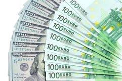 Banknoty 100 dolarów usa i 100 euro lokalizują wokoło jeden na inny jako tło Zdjęcia Stock