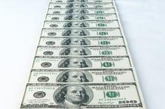 Banknoty dolary brogują z rzędu Odosobniony biały tło zdjęcie stock