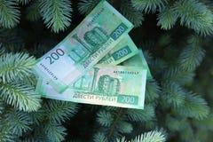 Banknoty Dwie?cie Rosyjskich rubli Got?wkowy papierowy zielony pieni?dze na zielonej ?wierczynie zdjęcie royalty free