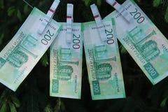 Banknoty Dwie?cie Rosyjskich rubli Got?wkowy papierowy zielony pieni?dze na zielonej ?wierczynie fotografia stock