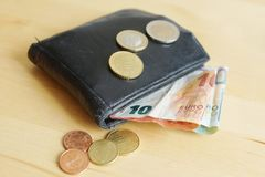 Banknoty i monety na stole obraz royalty free