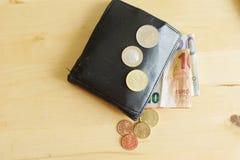 Banknoty i monety na stole zdjęcie royalty free