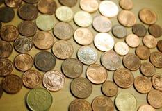 Banknoty i monety na stole obrazy stock