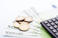 Banknoty i monety z klawiaturą na odosobnionym tle Zdjęcie Stock
