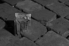 Banknoty na kamiennej podłodze zdjęcie stock