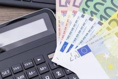 Banknoty na klawiaturze z kalkulatorem obrazy royalty free
