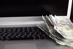 Banknoty nad laptopów dolarów klawiaturowym pieniądze Fotografia Stock