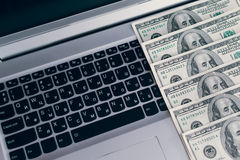 Banknoty nad laptopów dolarów klawiaturowym pieniądze Zdjęcie Stock