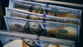 Banknoty płyną przez odliczającej maszyny zdjęcie wideo