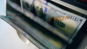 Banknoty ruszają się wśrodku odliczającej maszyny przy bankiem zbiory wideo